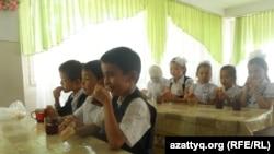 Учащиеся школы в Шымкенте за обедом в столовой. 12 сентября 2014 года.