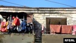 113 saylı peşə liseyinin yataqxanası olmuş bu binada indi evsiz-eşiksiz lənkəranlılar yaşayır