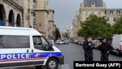Париждегі полицейлер мен полиция көлігі (Көрнекі сурет).