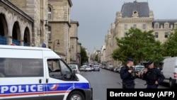 Полицейские у собора Парижской Богоматери, где произошло нападение на полицейского, 6 июня 2017 года.