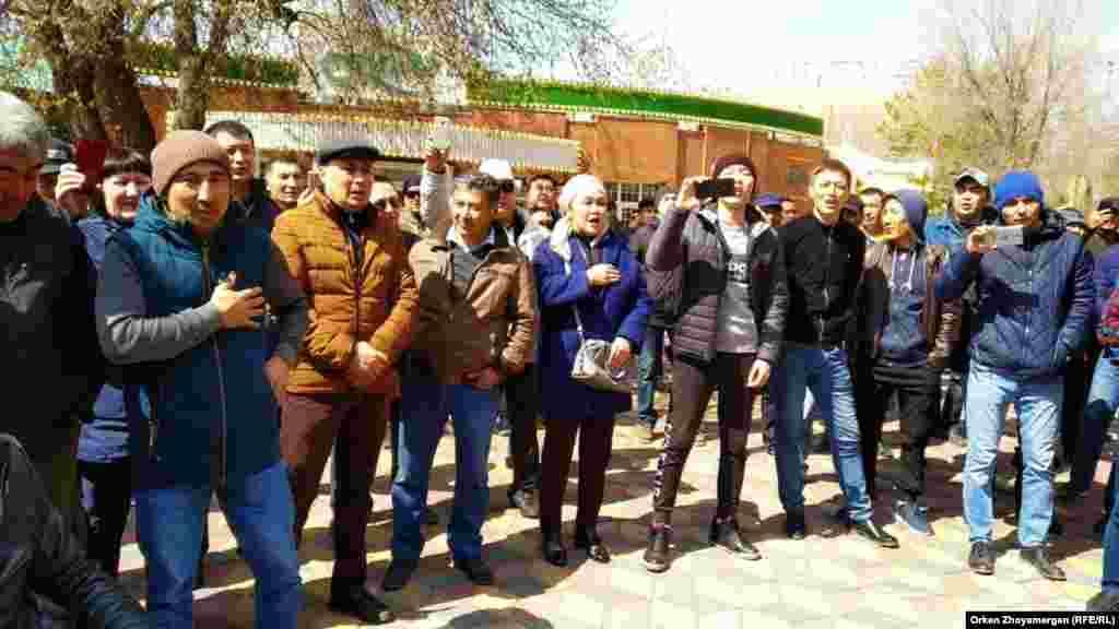 Участники протеста в Нур-Султане, 1 мая 2019 года.