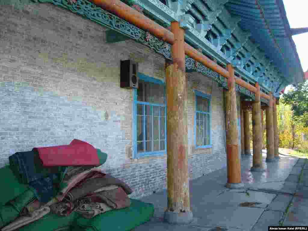 Окна находятся в южной и северной стенах, а западная стена мечети без окон – сюда обращены лики молящихся