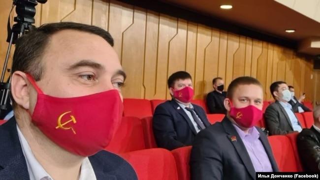 Депутаты крымского парламента Сергей Богатерынко и Илья Донченко (слева направо) на заседании крымского парламента 6 апреля 2020 года
