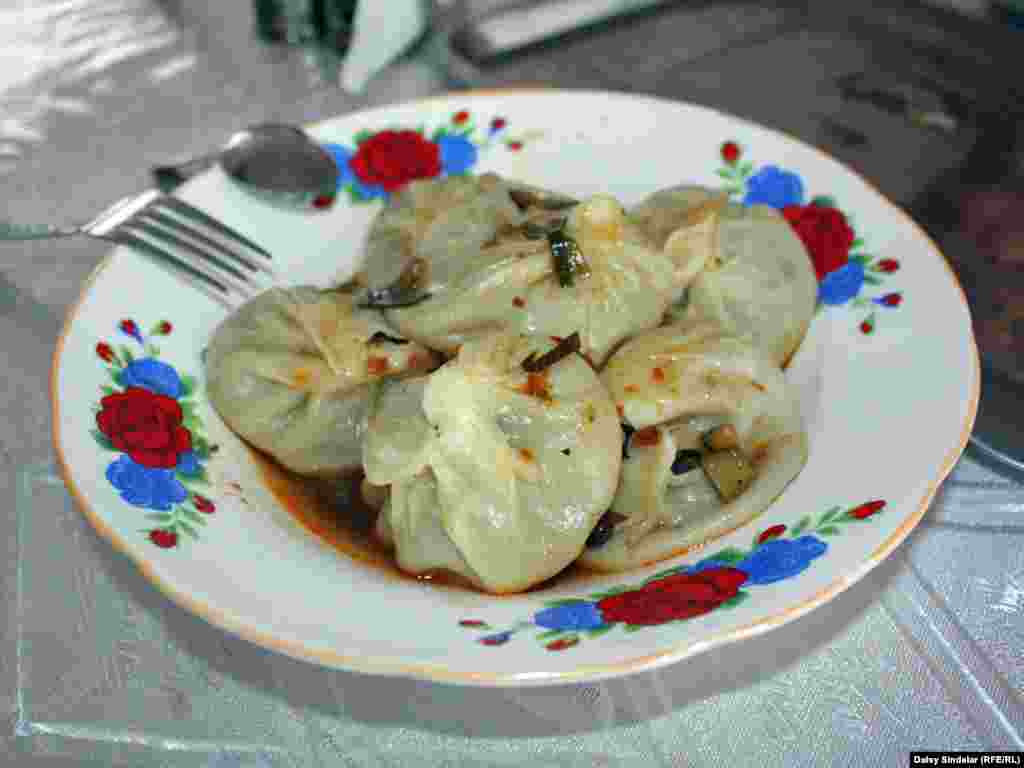 The legendary Kyrgyz meat-filled dumplings known as manty, served piping hot with a pot of black or green tea