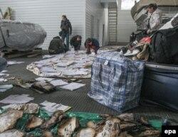 Журналисты и активисты собирают документы близ резиденции «Межигорье». 22 февраля 2014 года.