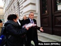Aktivisti prilaze Bandiću da mu uruče 'zatvorski kompletić'