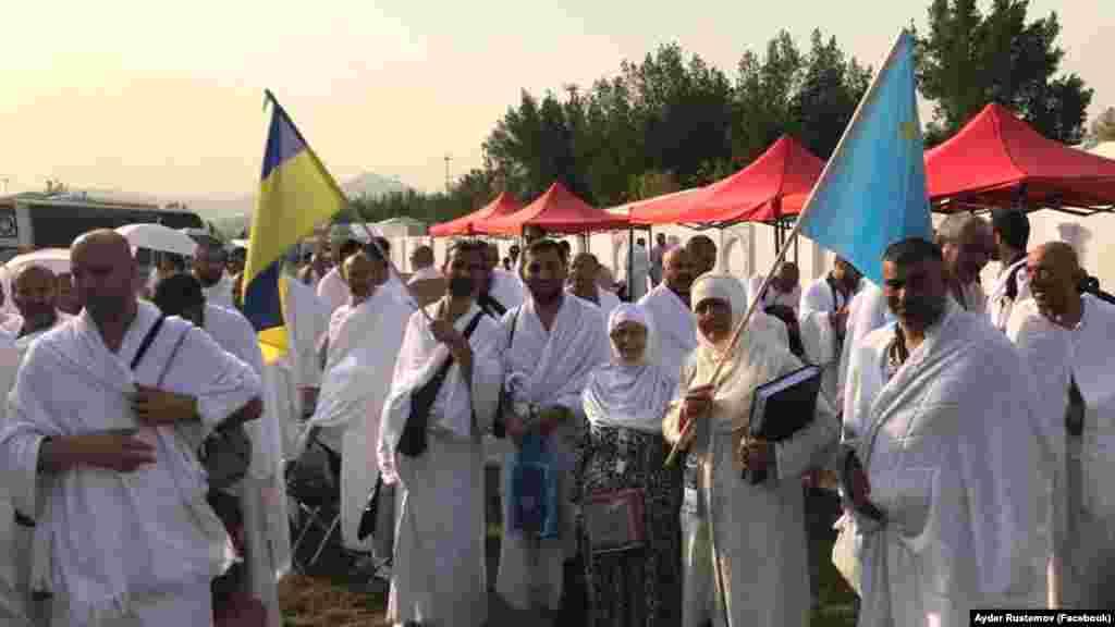 В июне 2020 года власти Саудовской Аравии заявили, что совершить хадж в Мекку на этот раз сможет только«очень ограниченное количество» мусульман, которые уже проживают на территории страны. По предварительным оценкам, число паломников достигает 10 тысяч. В прошлом году их колличество исчислялось миллионами. На фото – делегация крымских паломников во время хаджа, август-сентябрь 2017 года