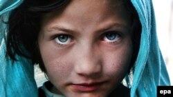Афганская пятилетняя девочка позирует фотографу, Кабул, ноябрь 2016