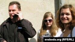 Андрэй Пачобут разам з жонкай і дачкой