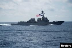 """Один из ударных """"дестроеров"""", сопровождающих авианосец """"Карл Винсон"""", с ракетами """"Томагавк"""" на борту"""