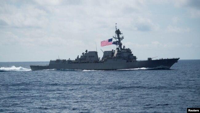 11 апрели соли 2017. Arleigh Burke - нобудкунандаи мушакҳои навъи USS Уэйн Э. Мейер (DDG 108)-ии ИМА аз обҳои баҳри Ҷанубии чинӣ убур мекунад
