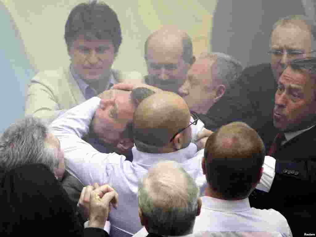 236 депутатов Верховной Рады ратифицировали соглашение по флоту, несмотря на активное сопротивление противников этого документа.