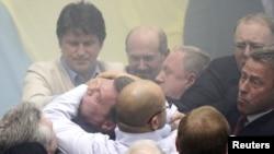 Бійка між представниками опозиції і представниками фракції Партії регіонів