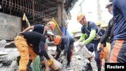 تلاش امدادگران فیلیپینی برای نجات زلزلهزدگان
