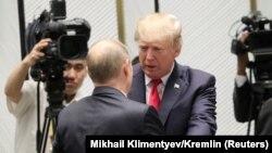 در این تصویر از ۲۰ آبان ترامپ و پوتین، پیش از آغاز اجلاس اپک در حال دست دادن و گپزدن هست