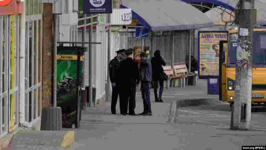 Співробітники російської поліції Криму зупинили чоловіка на одній з автобусних зупинок Сімферополя в перший день дії накладення адміністративних штрафів за порушення режиму самоізоляції