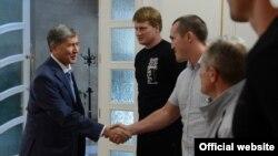 Президент Атамбаев орус спортчулары менен учурашууда. Бишкек, 9-июль, 2013.