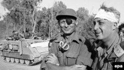 Генерал Ариэль Шарон (справа) с министром обороны Израиля Моше Даяном (слева) на западном берегу Суэцкого канала в октябре 1973 года.