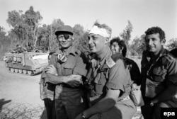 Министр обороны Израиля Моше Даян (слева) и генерал Ариэль Шарон (в центре)