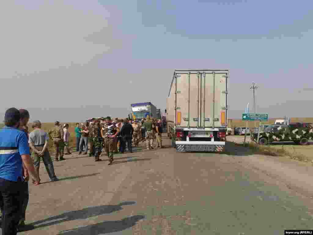 Вантажівки, чиї водії вирішили повернутися на материкову частину України, активісти пускають до пункту пропуску, оскільки там є місце для розвороту фур