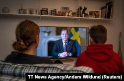 Qytetarët në Suedi duke ndjekur fjalimin drejtuar kombit të kryeministrit Lofven.