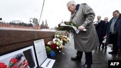 Ռուսաստանում ԱՄՆ դեսպան Ջոն Թեֆթը հարգանքի տուրք է մատուցում Բորիս Նեմցովի հիշատակին, Մոսկվա, 27-ը փետրվարի, 2017թ․