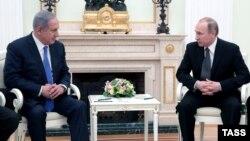 Израиль премьер-министрі Беньямин Нетаньяху (сол жақта) Ресей президенті Владимир Путинмен кездесіп отыр. Мәскеу, 21 сәуір 2016 жыл.