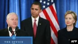 باراک اوباما در مراسم معرفی رابرت گیتس و هیلاری کلینتون. نویسنده نیویورک تایمز میگوید که هر سه مقام بلندپایه آمریکایی از سیاست گفتوگو با ایران صحبت میکنند.