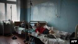 Раненные в результате обстрела 24 января лежат на больничных койках. Мариуполь, 26 января 2015 года.