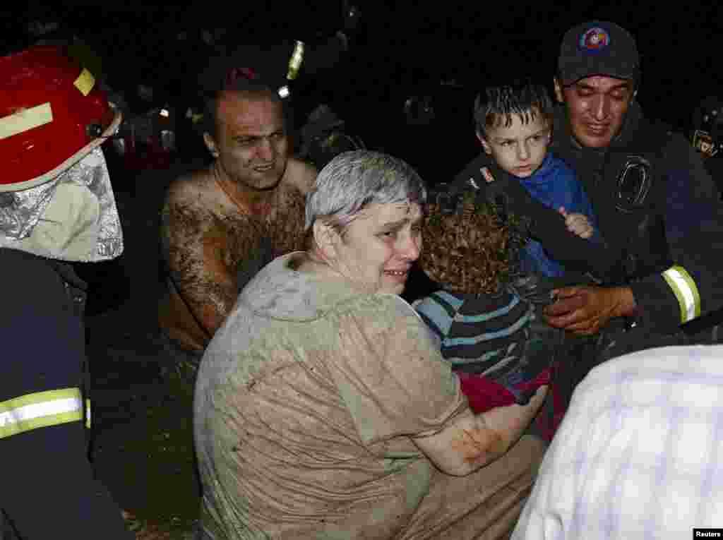 Эвакуация женщин и детей из затопленных районов Тбилиси