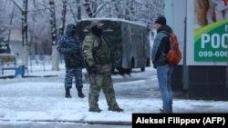 Вооруженные люди на улицах Луганска.