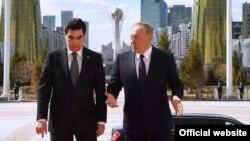 Президент Казахстана Нурсултан Назарбаев и президент Туркменистана Гурбангулы Бердымухамедов (слева).