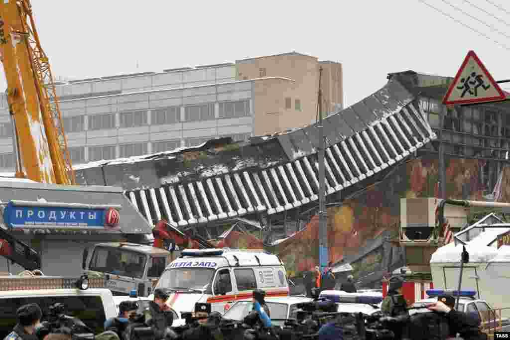 Спасательные службы на месте обрушения кровли Басманного рынка
