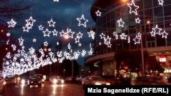 Шесть центральных улиц в этом году украсили новой иллюминацией, которая обошлась властям в 800 тысяч лари