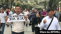 Участники антикитайской акции в Шымкенте. 5 сентября 2019 года.