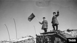 Красноармейцы у взорванных дотов в районе Хоттинен в ходе советско-финляндской войны