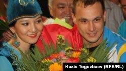 Лондоннан олимпиада чемионы болып оралған Илья Ильинді Алматы әуежайында жүздеген адам қарсы алды. Алматы, 6 тамыз 2012 жыл.