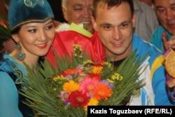 Встреча олимпийского чемпиона Ильи Ильина в VIP-зале аэропорта. Алматы, 6 августа 2012 года.
