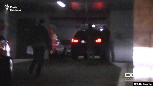 Втрьох вони рушили до дверей із паркінгу