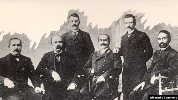 Cəlil Məmmədquluzadə bir qrup Azərbaycan ziyalısı ilə birgə.