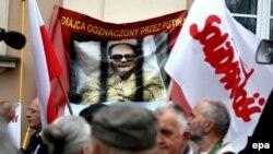 Противники Войцеха Ярузельского, занимавшего пост премьер-министра Польши с 1981 по 1985 год, несут плакат с надписью: «Предатель, награжденный Путиным».
