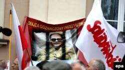 """Противники Ярузельского несут плакат """"Предатель, награжденный Путиным"""""""