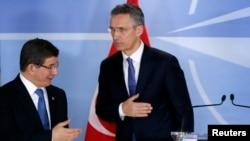 Премьер-министр Турции Ахмет Давутоглу и генеральный секретарь НАТО Йенс Столтенберг (Брюссель, 7 марта 2916 года)