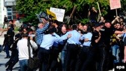 Архивска фотографија - Полицијата спречува новинарски протест во Скопје.