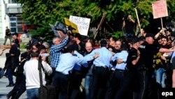Obračun policije s novinarima na skupu podrške Kežarovskom, oktobar 2013.