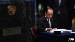 Франция президенті Франсуа Олланд ғаламдық климаттың өзгеруімен күрес келісіміне қол қойып жатыр. БҰҰ, Нью-Йорк, 22 сәуір 2016 жыл.