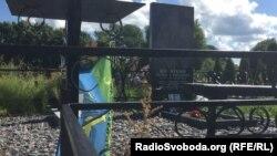 Могила десантника Леоніда Кічаткіна на кладовищі під Псковом