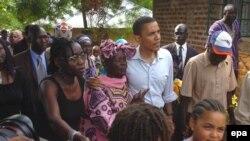 Обама Кениядаги қариндошлари даврасида.