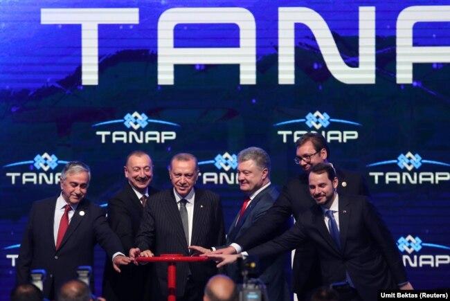 Президент Турции Реджеп Тайип Эрдоган (третий слева) и приглашенные им лидеры на церемонии запуска Транс-Анатолийского газопровода (TANAP). Эскишехир, 12 июня 2018 года.