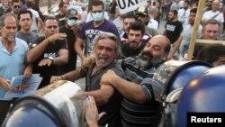 Կիպրոսի խորհրդարանի նիստը ուղեկցվում էր բողոքի ակցիայով, Նիկոսիա, 30-ը ապրիլի, 2013թ.